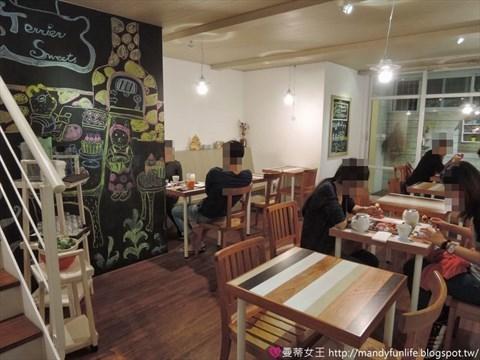 「小梗甜点咖啡」店内装潢温馨舒适,小巧的空间富设计感,用餐区有吧台