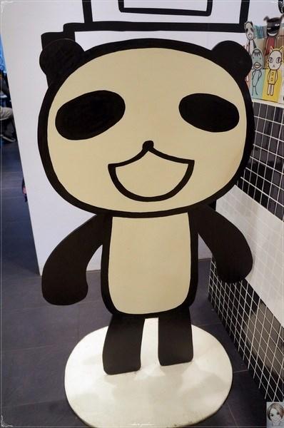 0 坐在店内可以看到可爱的熊熊和机器人大头并排的插图