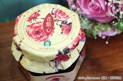 华丽的深红色搭上浪漫的玫瑰花瓣是最幸福的婚礼小物唷^^ 山形玫瑰