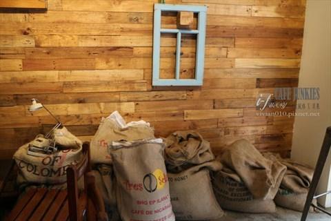 【小巨蛋站】café junkies小破烂咖啡~环保概念 x 美式工业风格
