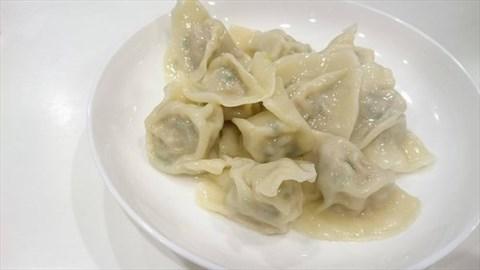 0 0 煮得油亮油亮的饺子看起来好好吃,皮薄软嫩,内里的高丽菜和猪肉