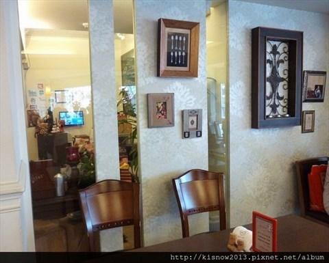 法式餐厅有所区别,采用木制桌椅,保持得相当乾净,配合明亮的窗子,整体