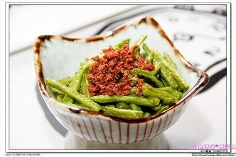 由右至左分别是地瓜泥小黄瓜,蜜金枣,梅肉酱秋葵,腐皮海苔卷,茶树菇