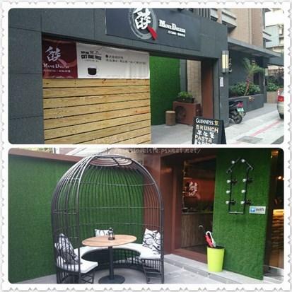 黑色的外牆加上柔和的木製材質,半開放式帶點隱密的門口