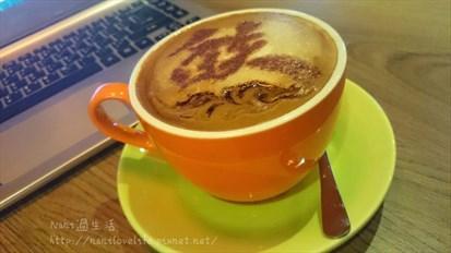 咖啡淡而雅緻的苦味順著奶泡、牛奶香醇滑入口中,層層堆疊的風味讓人著迷