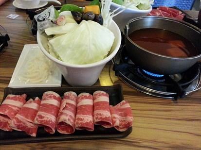 牛肉冇肉味,湯底小辣剛開始冇味但滾到尾超濃,蜆好鮮芝麻麻糬甜甜地好怪