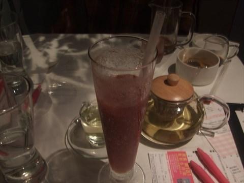 天然的現榨果菜冰沙,讓人想再續杯;花茶可能因沖泡不充分,味道稍淡